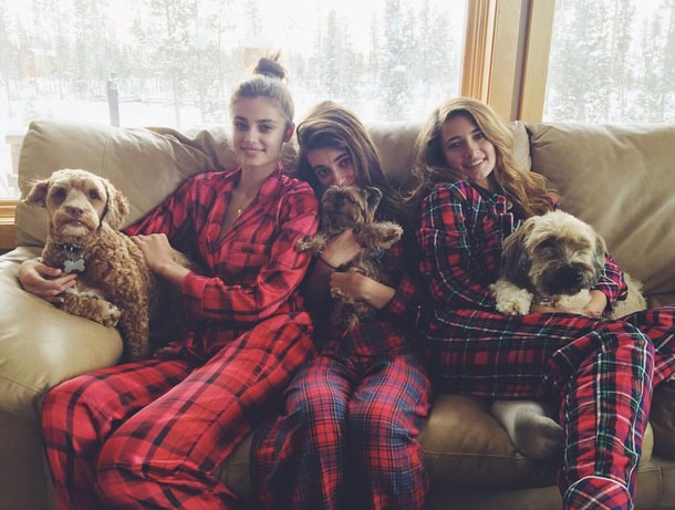 dogs-friendship-pajamas-victoria-secret-models-Favim.com-3792593