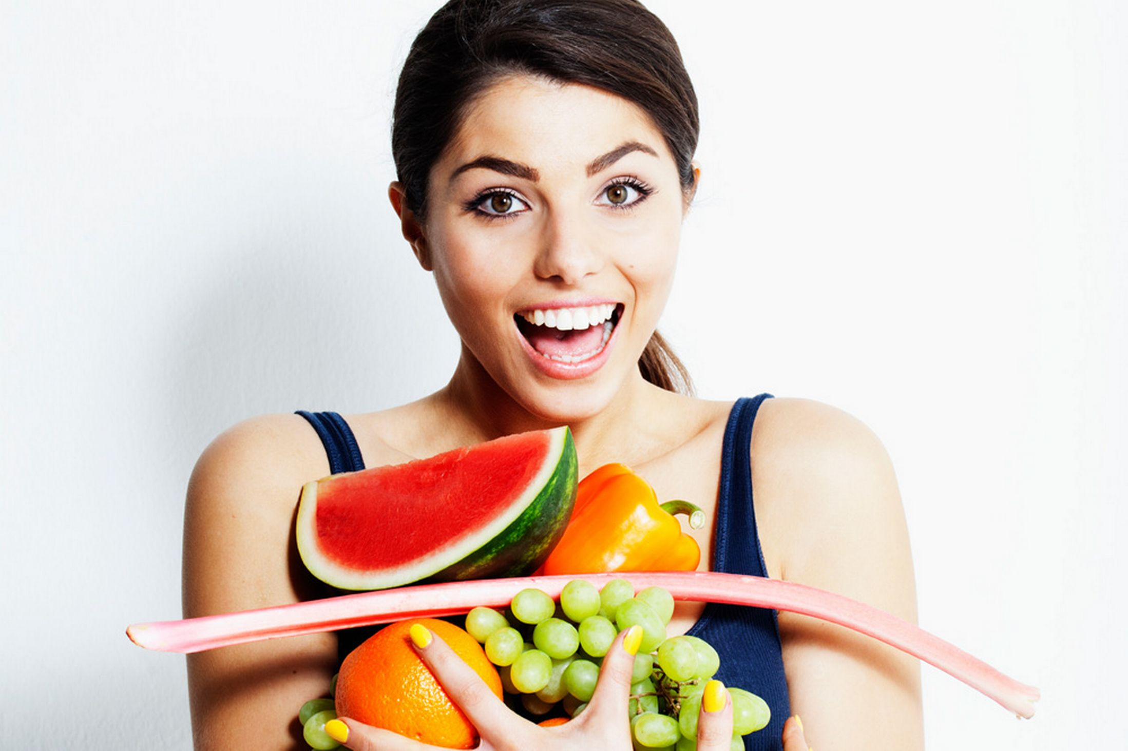 Woman-eating-fruits