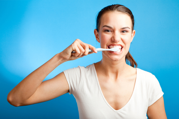 woman-brushing-her-teeth_qebrv7